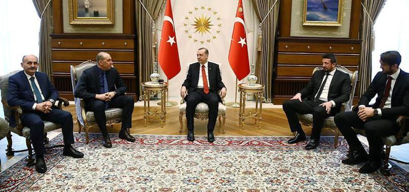 FETÖ'CÜ ENES KANTER'İN ZORUNA GİDEN FOTOĞRAF!