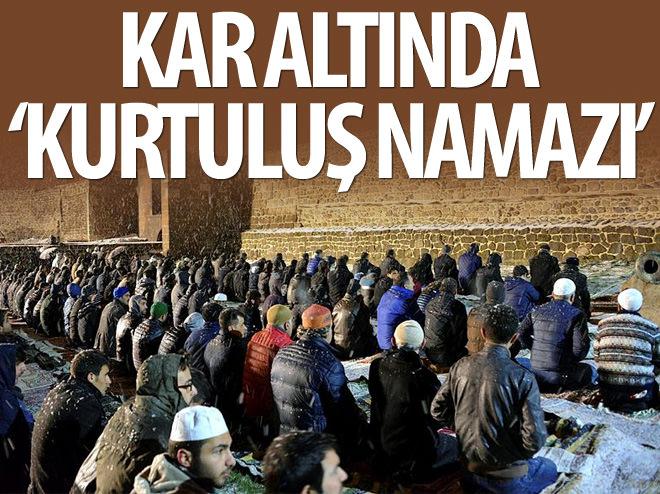 KAR ALTINDA 'KURTULUŞ NAMAZI'