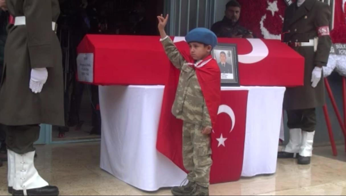 8 yaşındaki Memati şehit abisini Türk bayrağıyla uğurladı |Video