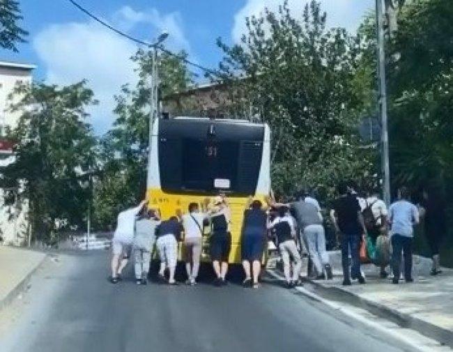 İstanbulda İETT rezaleti bitmek bilmiyor! Yolda kalan vatandaşlar isyan etti