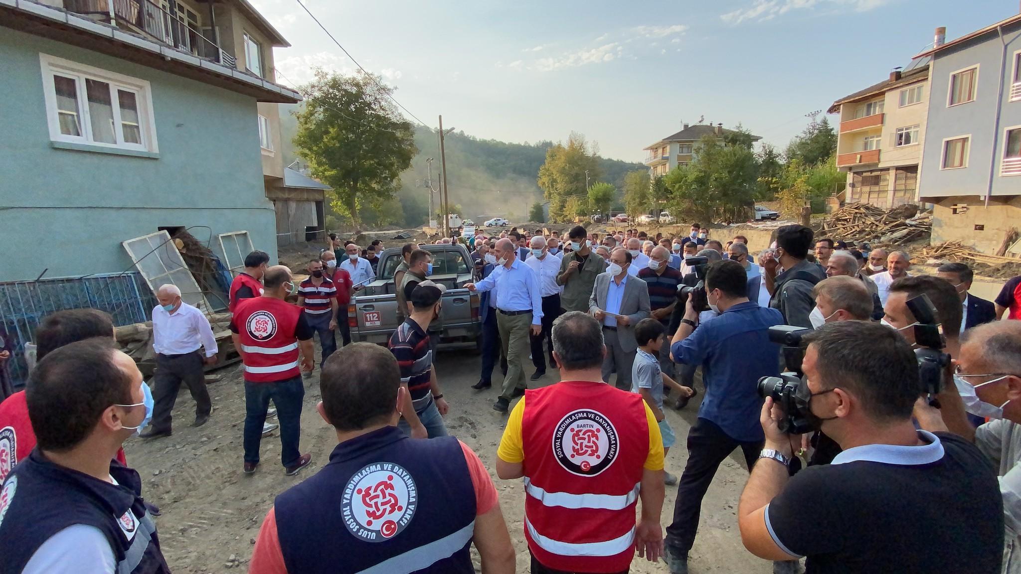 Bakan Soylu, Bartın'da selzede vatandaşlarla bir araya geldi