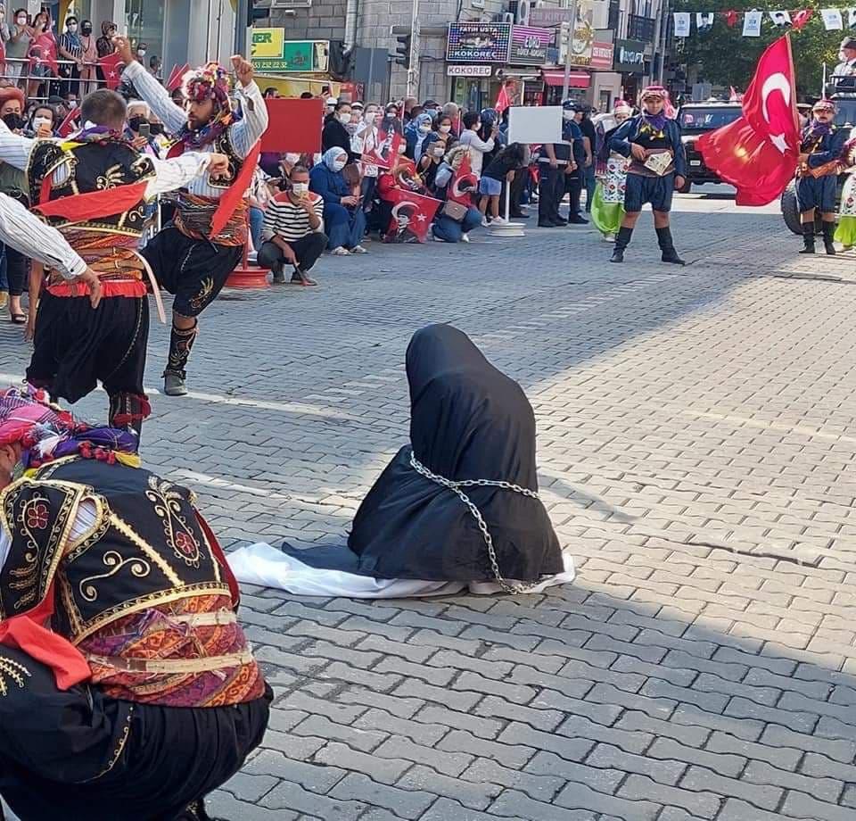Çağdaş Yaşamı Destekleme Derneğinden çağ dışı skandal gösteri: Çarşaflı Türk kadını zincire vuruldu! Soruşturma başlatıldı
