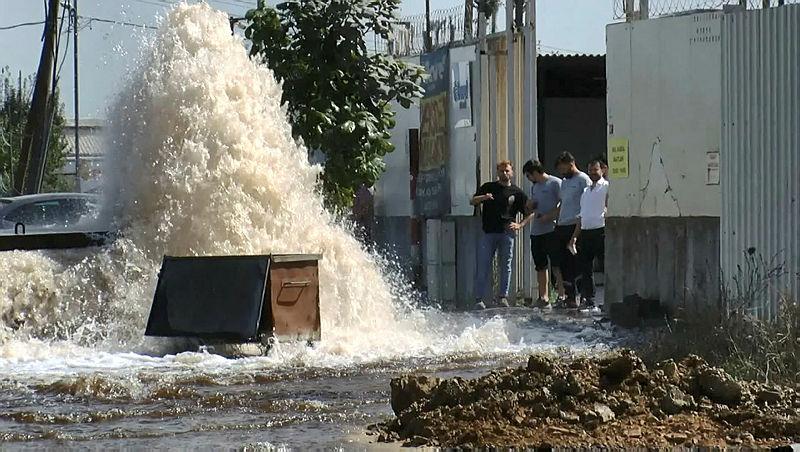 Sancaktepe'de İSKİ boruları patladı! Cadde trafiğe kapandı iş yerini su bastı