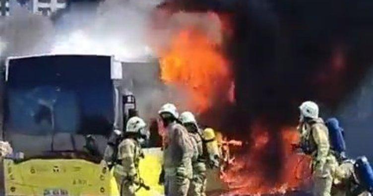 Seyir halindeki İETT aracı yanarak küle döndü! Tepkiler çığ gibi: Hiçbir şey güzel olmuyor