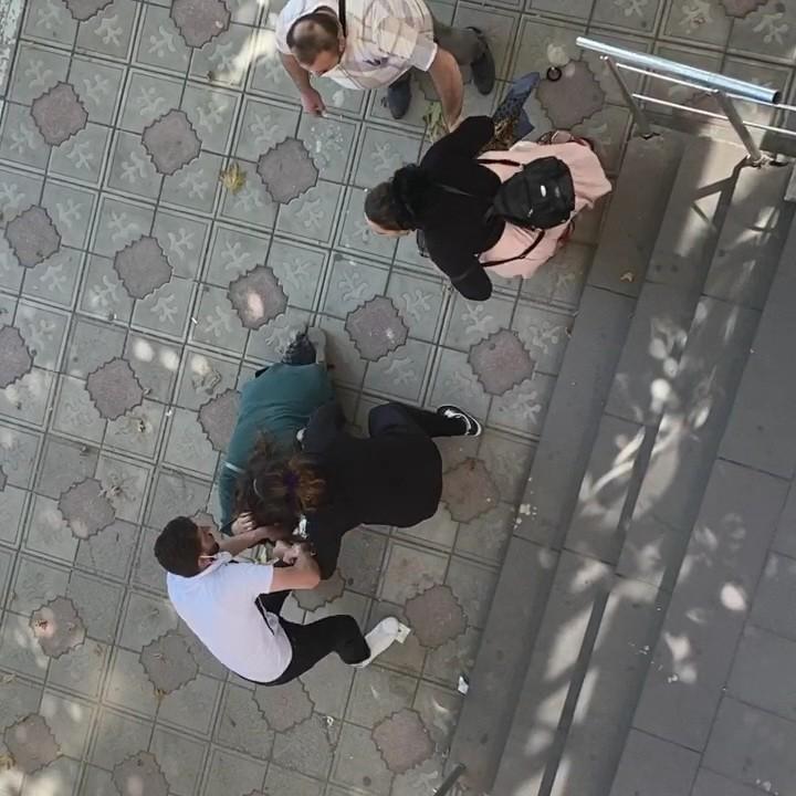 Yasak aşka sokak ortasında dayak! O anlar kameralara böyle yansıdı