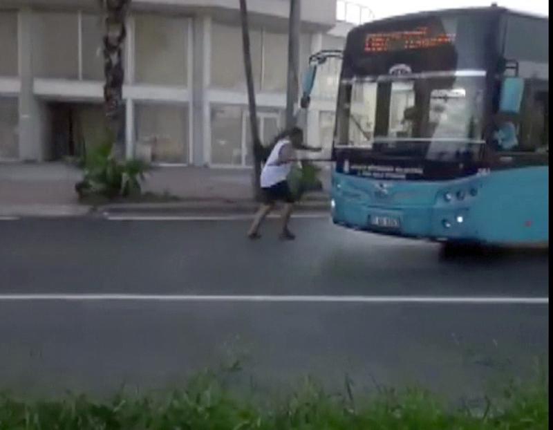 Maskesiz yolcu otobüs sileceklerine takıldı!