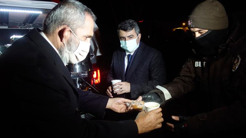 Yavuz Bingöl kısıtlamada denetim yapan polislere çorba dağıttı