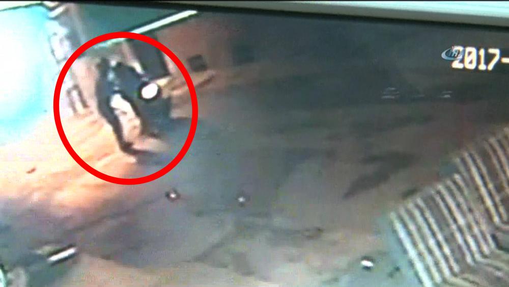 Yaşlı adamın suratına kezzaplı saldırı anı kameralara yansıdı