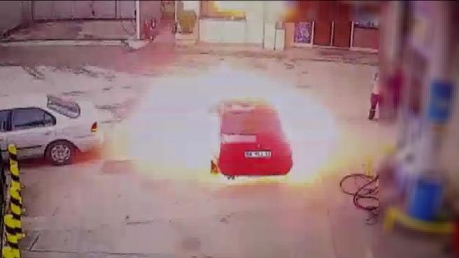 Otomobil bir anda alev aldı!